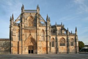 Façade principale de l'église de Notre-Dame de la Victoire (Batalha), avec à droite l'extérieur de la chapelle du fondateur