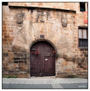 Armoiries des Rois Catholiques, et armories ecartelés de Nicolas de Guevara-Larraztegui dans son Palais à Segura
