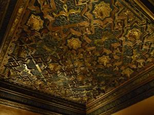 Une des salles du Palais de l'Aljaferia de Saragosse décorée avec les emblèmes des Rois Catholiques (photo: María Narbona)